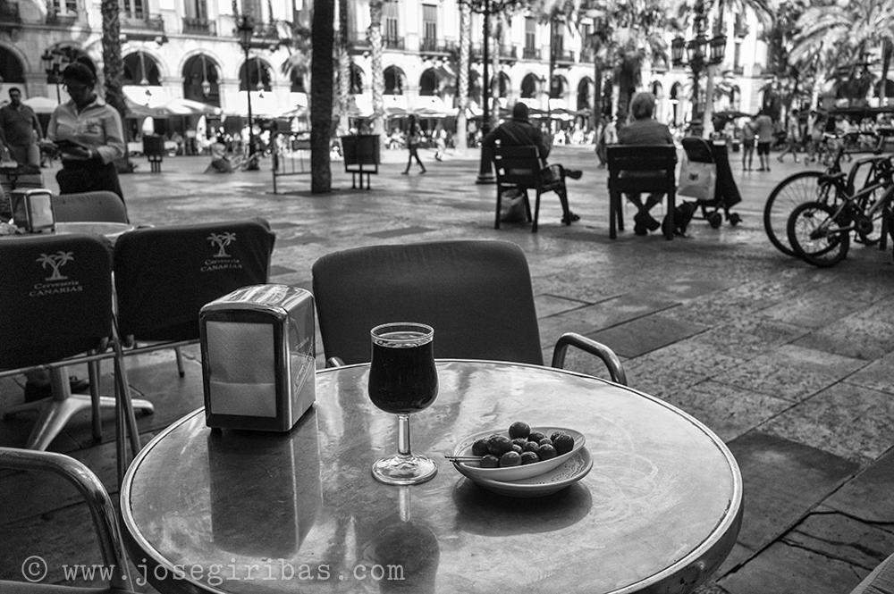 Spanien, Barcelona, 06.09.2015. Oliven und Rotwein am Plaza Real 06.09.2015 in Barcelona. [(c) Jose Giribas, Urheber Nr. 528593 VG Bild-Kunst. Perleberger Str. 27, D-10559 Bln. Tel.: +4930/3964190, Funktel.: 0171/83 76 123, Email: giriphoto@aol.com, Dresdner Bank, Kto: 0177 672 100 BLZ: 100 800 00. Foto ist honorarpflichtig und nur zur redaktionellen Verwendung, No Model Release]